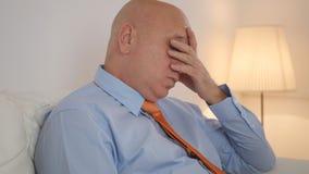 Slaperige Zakenman Image Sitting Tired op de Bank royalty-vrije stock foto