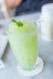 slapp fokus Ny guavafruktsaft med is i kafé Royaltyfri Foto
