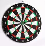 Slapp fokus Pilpil som slår mitten av målpilbrädet Arkivbild