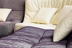Slapp kudde i sofa arkivbilder
