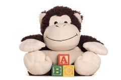 Slapp toy för uppnosig apa med abc-alfabetblock Royaltyfria Foton