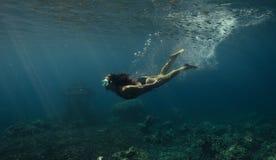 slapp undervattens- sikt för blåa färger Royaltyfri Foto