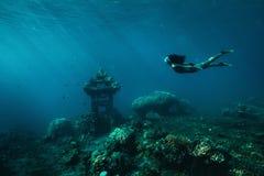 slapp undervattens- sikt för blåa färger Royaltyfri Bild