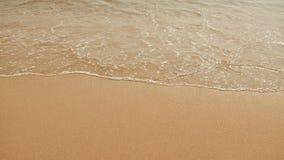 Slapp wave av havet på den sandiga stranden arkivfoton
