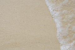 Slapp wave av havet på sandstrand Arkivbilder