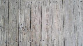 Slappt detalj av träjordning på brigen i parkera Royaltyfria Bilder