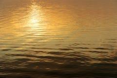 slappt solnedgångvatten för krusningar Royaltyfri Bild