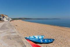 Slapton sander sätter på land Devon England UK, från Torcross i riktning av Dartmouth med kanoter royaltyfri bild