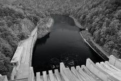 Slapy, Tschechische Republik - 4. August 2018: Die Moldau-Fluss im Tal mit Slapy-Verdammung im Vordergrund während des Sommeraben stockfoto