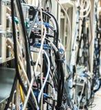 Slarviga kablar från baksidaen av många serveror Fotografering för Bildbyråer