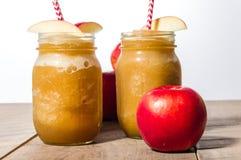 Slaskig drink för djupfryst äpple med äpplet Fotografering för Bildbyråer