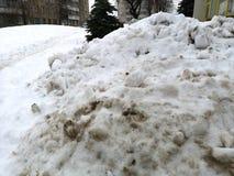 Slaskig smutsig sn?gata arkivfoto