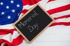 Slate con testo e una bandiera americana sulla tavola di legno Fotografia Stock Libera da Diritti