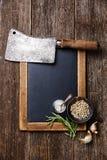 Slate il bordo di gesso, la mannaia di carne e le spezie immagine stock