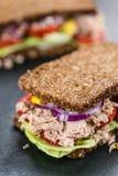 Slate la dalle avec Tuna Sandwich sur le pain complet images libres de droits