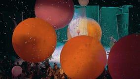 Slava Polunin Snow Show Mensen die met reusachtige ballons spelen stock video