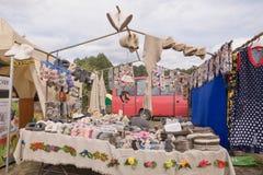 SLAVGOROD,白俄罗斯- 8月14 :工艺品的公平的陈列 产品由毛皮制成 被编织的袜子和起动Valen 2016年8月14日 图库摄影