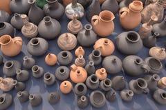 SLAVGOROD,白俄罗斯- 8月14 :工艺品的公平的陈列 瓦器小和大水罐2016年8月14日在Slavgorod,白俄罗斯 免版税库存图片