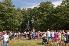 SLAVGOROD,白俄罗斯- 8月16 :蓝色Krynica 愈合的许多朝圣对蜂蜜温泉2013年8月16日在Slavgorod,白俄罗斯 免版税图库摄影
