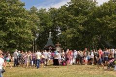 SLAVGOROD, БЕЛАРУСЬ - 16-ОЕ АВГУСТА: Голубое Krynica массовое паломничество для излечивать к курортам 16-ое августа 2013 меда в S Стоковое Фото