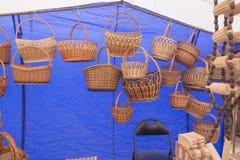 SLAVGOROD, BELARUS - 14 AOÛT : Exposition juste d'artisanat Produits en bois Matryoshka enferme dans une boîte le panier de cuill Images stock