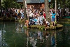 SLAVGOROD BIAŁORUŚ, SIERPIEŃ, - 16: Błękitny Krynica masowa pielgrzymka dla uzdrawiać Miodowi zdroje Sierpień 16, 2013 w Slavgoro Zdjęcia Royalty Free