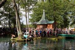 SLAVGOROD BIAŁORUŚ, SIERPIEŃ, - 16: Błękitny Krynica masowa pielgrzymka dla uzdrawiać Miodowi zdroje Sierpień 16, 2013 w Slavgoro Obrazy Stock