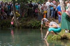 SLAVGOROD BIAŁORUŚ, SIERPIEŃ, - 16: Błękitny Krynica masowa pielgrzymka dla uzdrawiać Miodowi zdroje Sierpień 16, 2013 w Slavgoro Fotografia Royalty Free