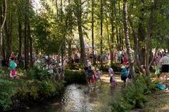 SLAVGOROD VITRYSSLAND - AUGUSTI 16: Den blåa Krynicaen samlas pilgrimsfärden för att läka till Honey Spas August 16, 2013 i Slavg Royaltyfri Bild
