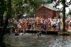 SLAVGOROD VITRYSSLAND - AUGUSTI 16: Den blåa Krynicaen samlas pilgrimsfärden för att läka till Honey Spas August 16, 2013 i Slavg Royaltyfri Foto