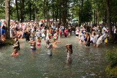 SLAVGOROD VITRYSSLAND - AUGUSTI 16: Den blåa Krynicaen samlas pilgrimsfärden för att läka till Honey Spas August 16, 2013 i Slavg Royaltyfria Foton