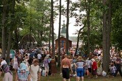 SLAVGOROD VITRYSSLAND - AUGUSTI 16: Den blåa Krynicaen samlas pilgrimsfärden för att läka till Honey Spas August 16, 2013 i Slavg Arkivfoto