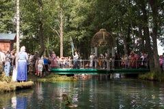 SLAVGOROD VITRYSSLAND - AUGUSTI 16: Den blåa Krynicaen samlas pilgrimsfärden för att läka till Honey Spas August 16, 2013 i Slavg Arkivfoton