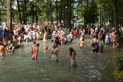 SLAVGOROD VITRYSSLAND - AUGUSTI 16: Den blåa Krynicaen samlas pilgrimsfärden för att läka till Honey Spas August 16, 2013 i Slavg Fotografering för Bildbyråer