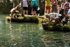 SLAVGOROD VITRYSSLAND - AUGUSTI 16: Den blåa Krynicaen samlas pilgrimsfärden för att läka till Honey Spas August 16, 2013 i Slavg Royaltyfria Bilder
