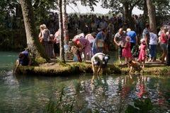 SLAVGOROD, WIT-RUSLAND - AUGUSTUS 16: Blauwe Krynica massabedevaart voor het helen aan Honey Spas August 16, 2013 in Slavgorod, W Stock Foto