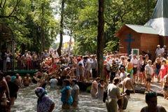 SLAVGOROD, WIT-RUSLAND - AUGUSTUS 16: Blauwe Krynica massabedevaart voor het helen aan Honey Spas August 16, 2013 in Slavgorod, W Stock Afbeeldingen