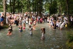 SLAVGOROD, WIT-RUSLAND - AUGUSTUS 16: Blauwe Krynica massabedevaart voor het helen aan Honey Spas August 16, 2013 in Slavgorod, W Royalty-vrije Stock Foto's