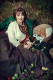 Slavisch meisje op het gras met appelen stock afbeelding