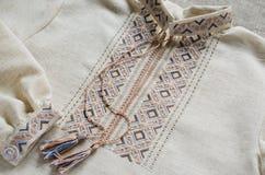 Slavische tradicional geborduurd overhemd stock afbeeldingen