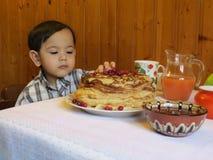 Slavische vakantiepannekoek binnenshuis Stock Fotografie