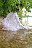 Slavische vrouw in het water Stock Foto's