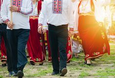 Slaviska män och kvinnor i traditionella dräkter utomhus royaltyfria bilder
