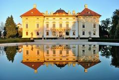 Slavkov slott reflekterad i vatten arkivbild