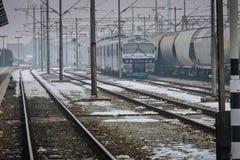 Slavonski Brod, Croazia 1/31/2019: Stazione ferroviaria coperta di neve con il giorno nebbioso immagine stock