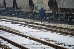 Slavonski Brod, Croazia 1/31/2019: Stazione ferroviaria coperta di neve con il giorno nebbioso fotografie stock