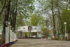 SLAVYANSK-ON-KUBAN RYSSLAND - APRIL 09 2016: trädgård av minneminnesmärken som är etablerad i heder av den 40th årsdagen av Vict Royaltyfri Fotografi