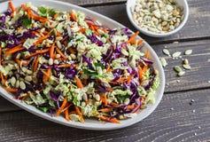 Slaw fresco del col con la calabaza, el lino, las semillas de sésamo y las nueces de pino - comida vegetariana sana deliciosa Imagenes de archivo