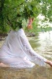 Slawische Frau im Wasser Stockfotos