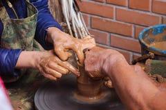 Slawischer Basar macht Tongefäße Töpfer in Handarbeit Stockbild